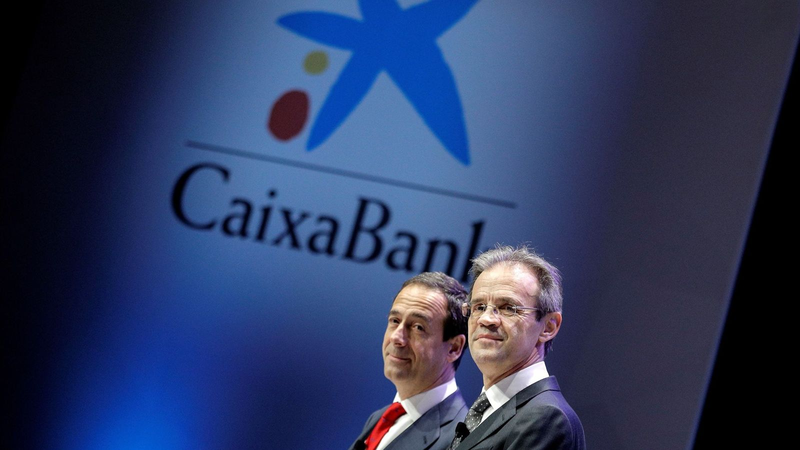 Foto: El presidente de CaixaBank, Jordi Gual, junto con el consejero delegado, Gonzalo Gortázar. (EFE)