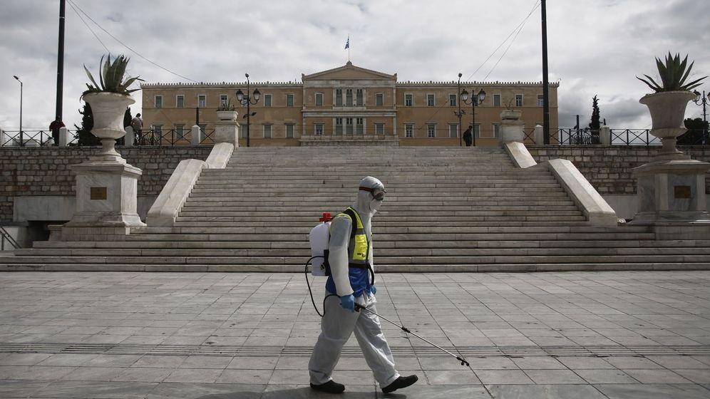 Foto: Un trabajador de desinfección, en Atenas. (EFE)