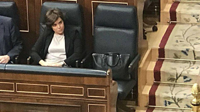 Soraya y su bolso de Loewe durante la sesión de tarde de la moción de censura.