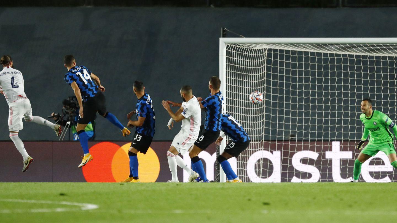 Sergio Ramos marca ante el Inter de Milán. (Reuters)