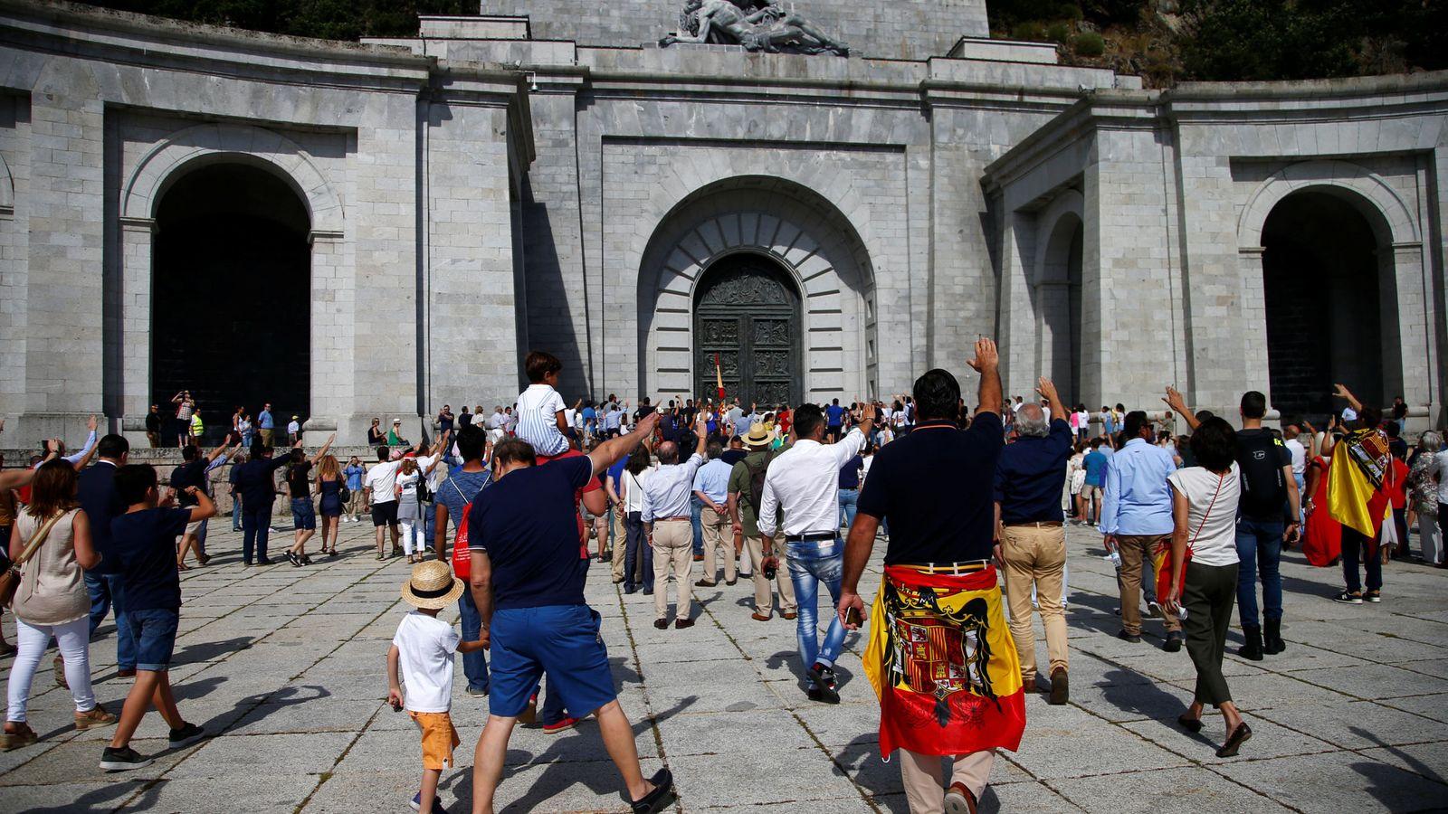 Foto: Manifestación en el Valle de los Caídos a favor de Franco. (Reuters)