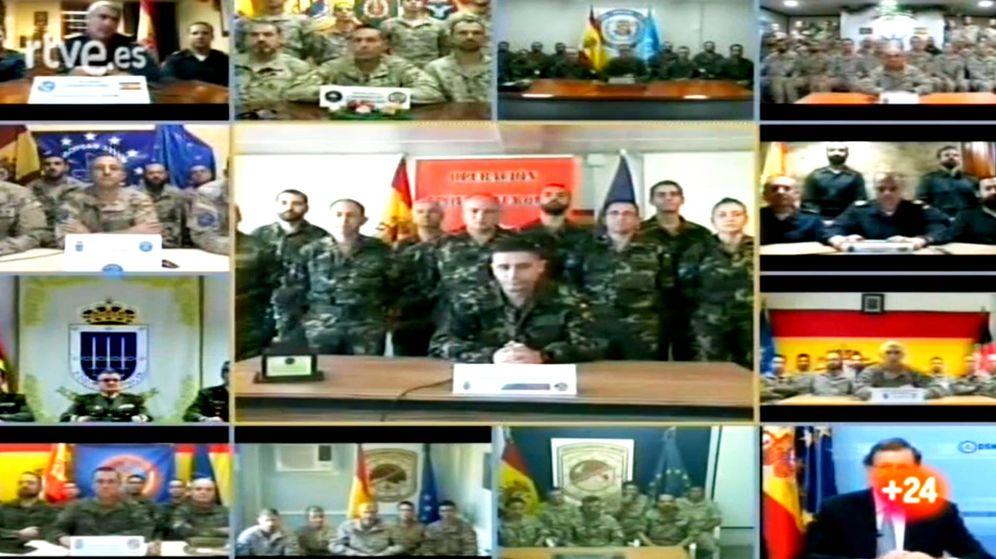 Fotos De Hombres Felicitando La Navidad.Navidad Rajoy Felicita A Los Militares En El Exterior Son