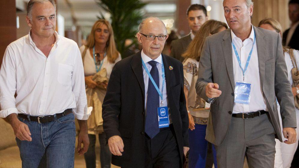 Foto: El ministro de Hacienda, Cristóbal Montoro (c), junto al expresidente de la Generalitat Alberto Fabra. (EFE)