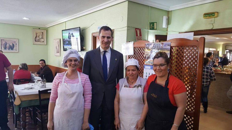 Foto: El Rey junto al personal del restaurante (Facebook)
