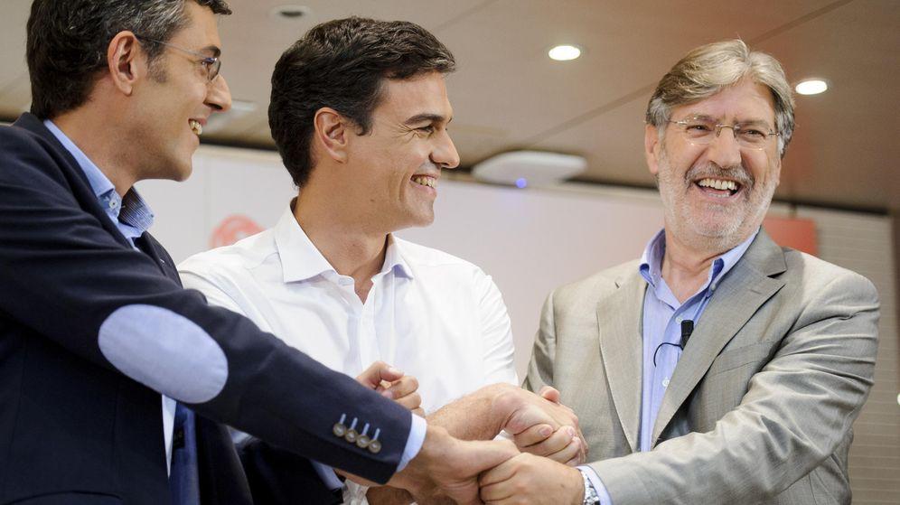 Foto: Eduardo Madina, Pedro Sánchez y José Antonio Pérez Tapias, durante su debate por el liderazgo del PSOE, el 7 de julio de 2014, en la sede de Ferraz. (Gtres)