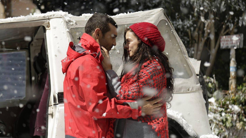 Bahar (Özge Özpirinçci) y su marido Sarp (Caner Cindoruk). (Atresmedia)