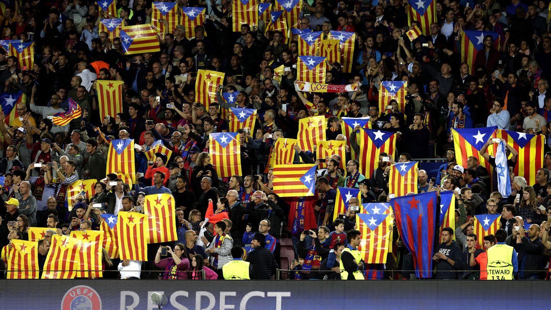 Esteladas durante un partido de la Champions en el Camp Nou. (EFE)