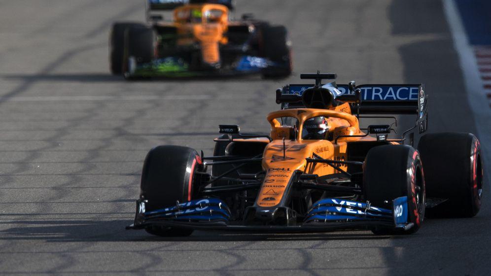 Foto: Carlos Sainz y Lando Norris deberán compensar con su rendimiento el menor nivel del MCL35 los sábados (EFE)