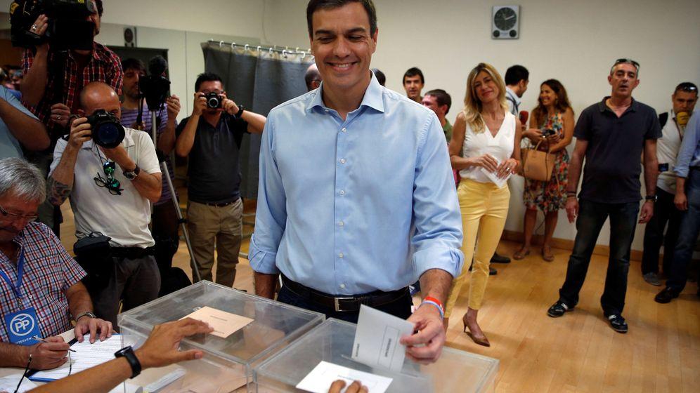 Foto: Pedro Sánchez, líder del PSOE, votando en Pozuelo de Alarcón. (Reuters)