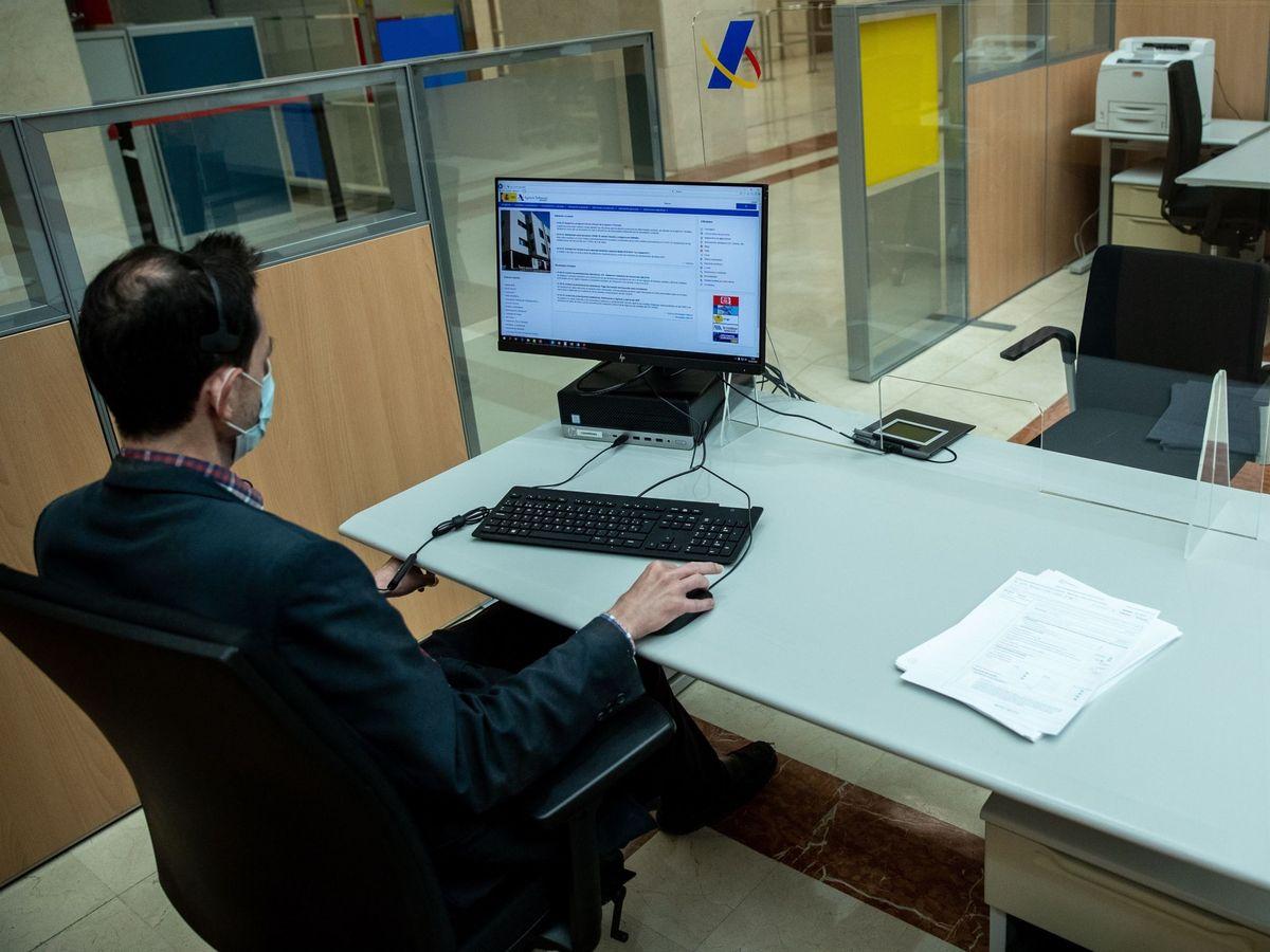Foto: Un empleado en una oficina de la Agencia Tributaria en Madrid. (EFE)