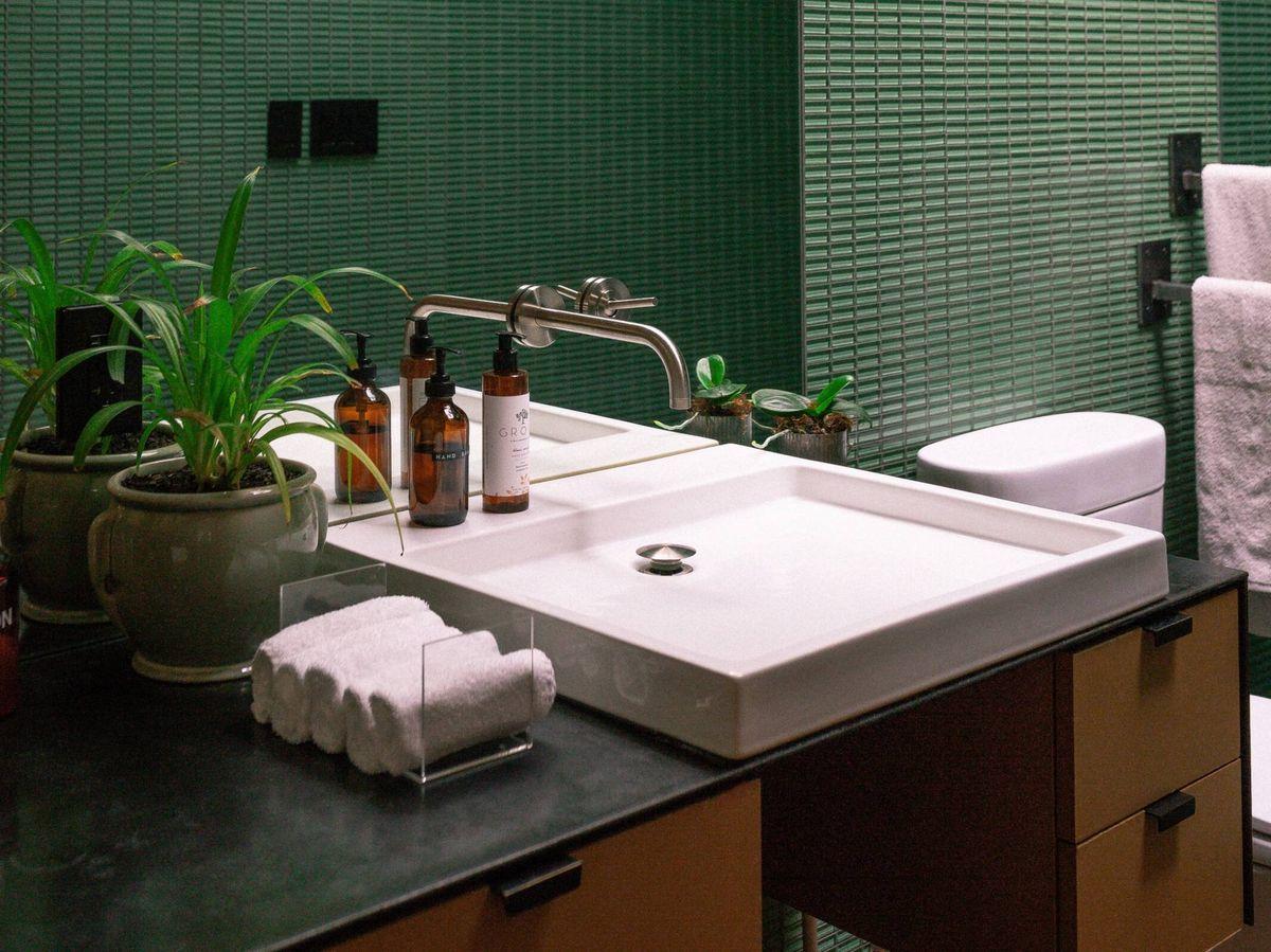 Foto: Trucos y claves para limpiar el baño y los azulejos. (Andrew Neel para Pexels)