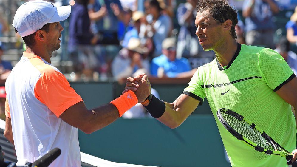 Foto: Rafa Nadal y Fernando Verdasco se saludan en París... Roland Garros 2017. (EFE)