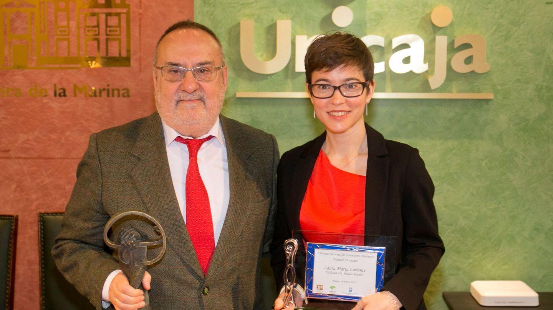 Alfredo Relaño, con el Premio Nacional de Periodismo Deportivo. (EFE)