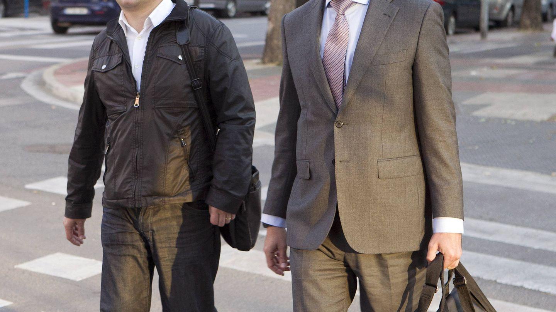 Alfredo de Miguel, junto a su abogado, acude a declarar ante el juez que investiga la presunta trama. (EFE)