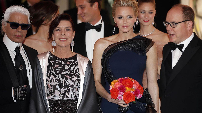 Charlène y Carolina juntas en el Baile de la Rosa de 2014. (Reuters)