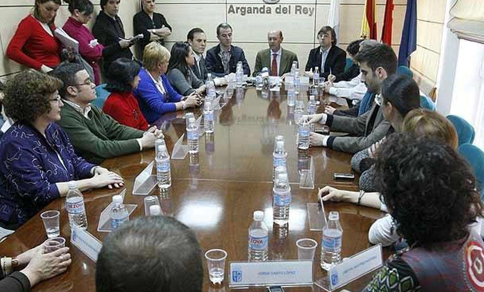 Foto: Ginés López, exalcalde de Arganda, anunciando su dimisión en marzo de 2009 al resto del Pleno municipal