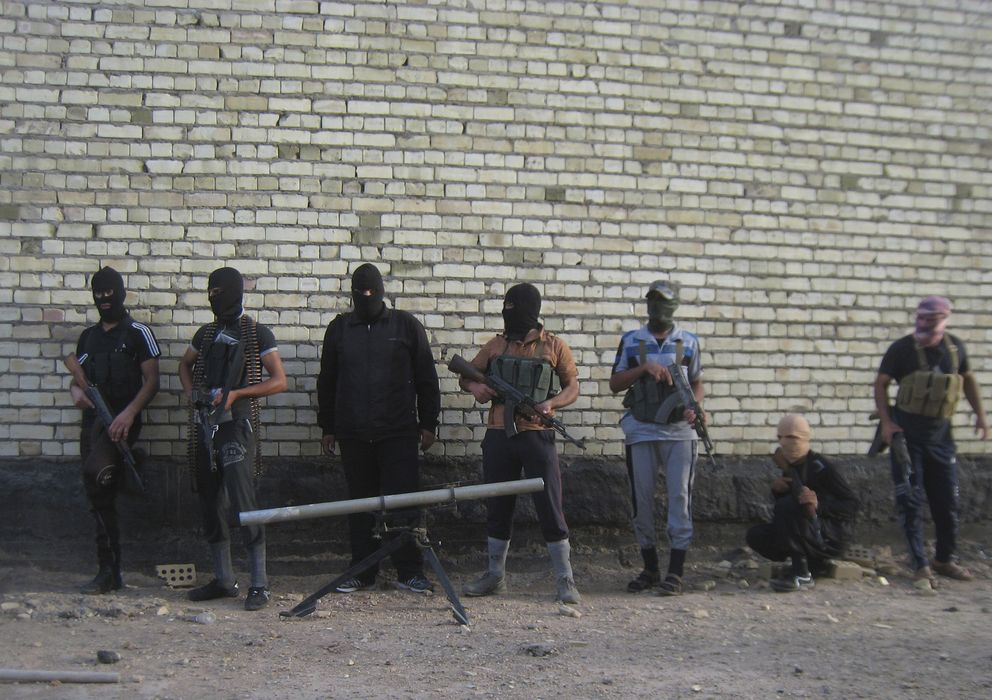 Foto: Yihadistas suníes posan en las afueras de Faluya (Reuters)