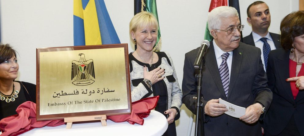 Foto: El presidente palestino, Mahmud Abás, este martes junto la ministra sueca de Asuntos Exteriores, Margot Wallström, en la inauguración de la embajada de Palestina en Estocolmo. (Efe)
