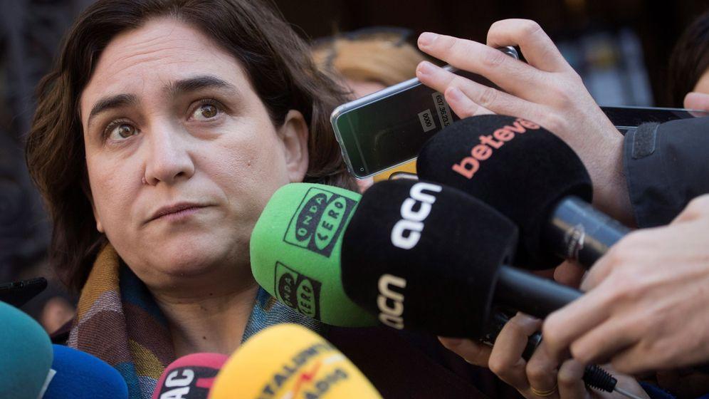 Foto: La alcaldesa de Barcelona, Ada Colau, atiende a los medios. (EFE)