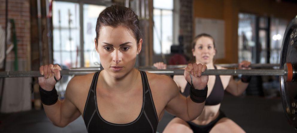 Foto: El levantamiento de pesas es uno de los ejercicios habituales en el CrossFit. (iStock)