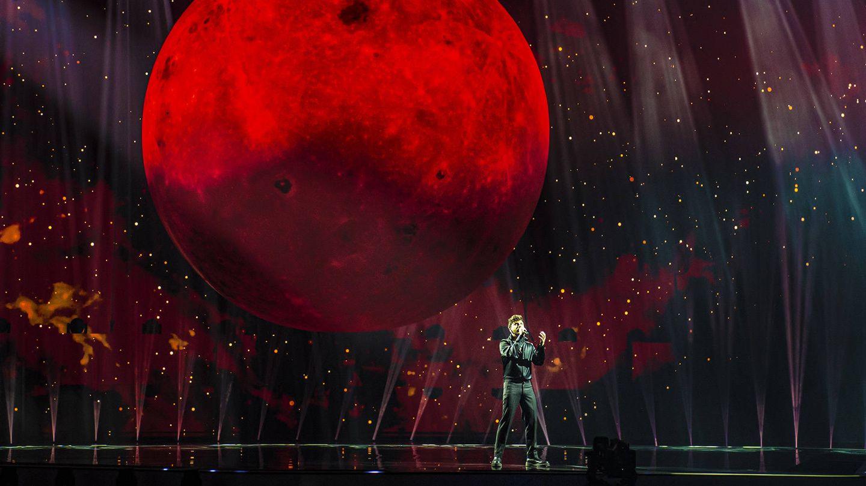 Blas Cantó y la Luna, elemento central de su puesta en escena. (TVE)