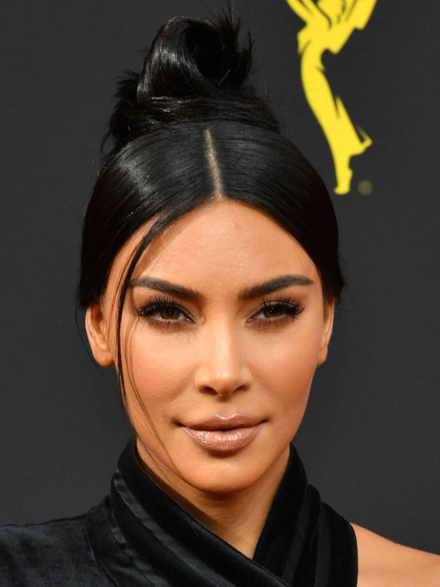 Kim Kardashian, con el moño en los Emmy. (Getty)