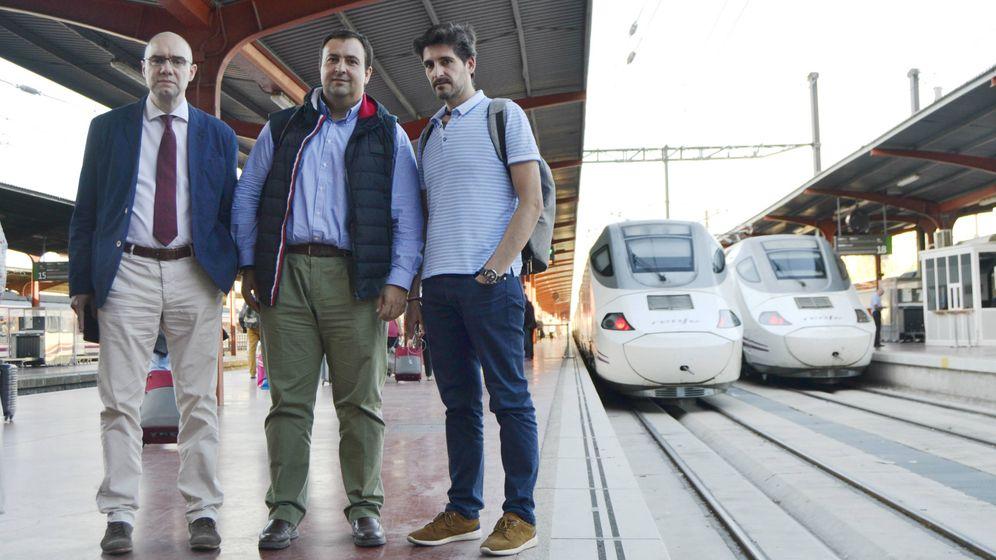 Foto: Carlos, Javier y Santiago se desplazan cada día a Madrid desde Valladolid. (M.Z.)