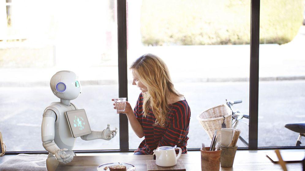 Foto: Fotografía facilitada por SoftBank Robotics, de una mujer conversando con un robot. (EFE)