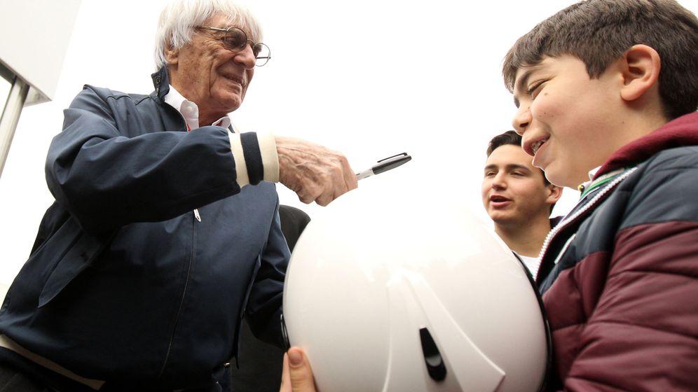 Foto: Bernie Ecclestone firmando un autógrafo a unos niños en el GP de México del pasado año.