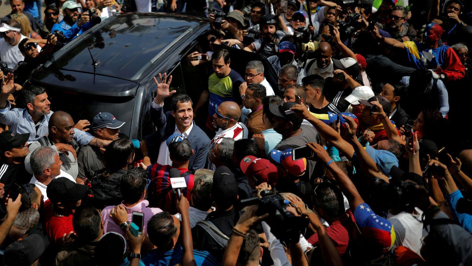 Foto: Juan Guaidó saluda a simpatizantes durante una marcha contra el chavismo en Caracas. (Reuters)