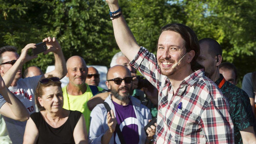 Foto: Pablo Iglesias, secretario general de Podemos, saluda durante un mitin de Unidos Podemos en la anterior campaña electoral. (EFE)