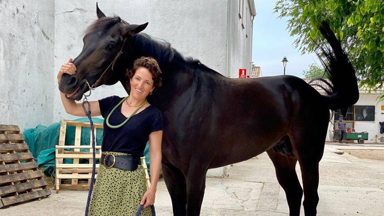 Cristina Osorio posa con un caballo de carreras. (Cortesía)