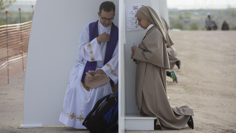 Una monja recibe confesión durante la ceremonia de beatificación de Álvaro del Portillo, sucesor de Escrivá de Balaguer, en Valdebebas en 2014. (AP)
