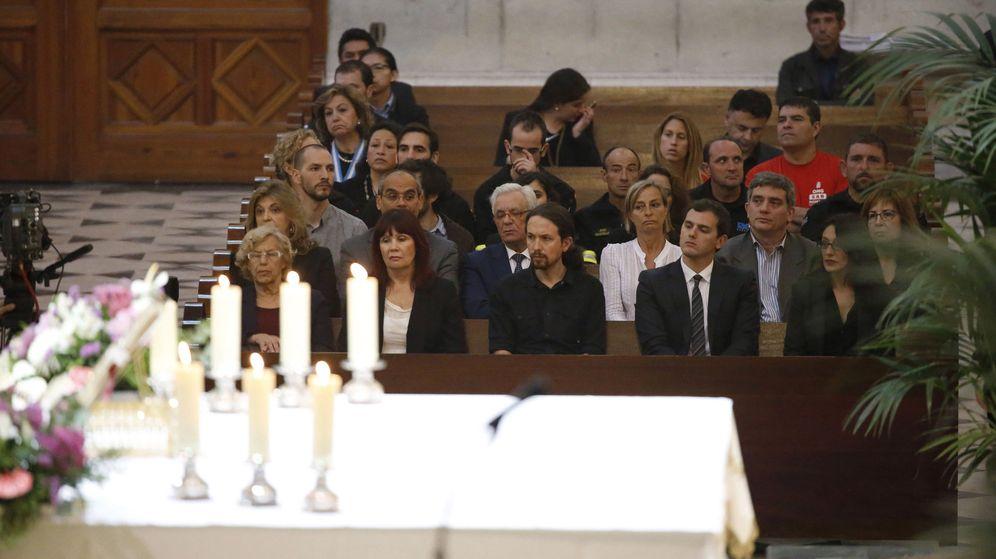 Foto: El líder de Podemos, Pablo Iglesias (c), durante una misa en la catedral de la Almudena. (EFE)