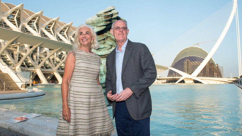 Hortensia Herrero, con el escultor Anthony Cragg en la Ciudad de las Artes y las Ciencias de Valencia. (EFE)
