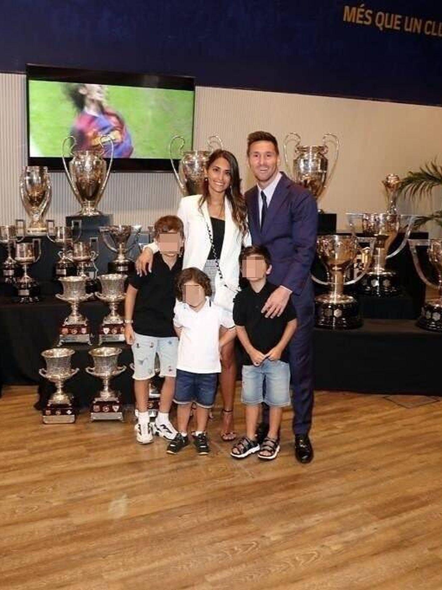 Messi, Antonela Roccuzzo y sus tres hijos, en la despedida del Barça. (Instagram, @antonelaroccuzzo)