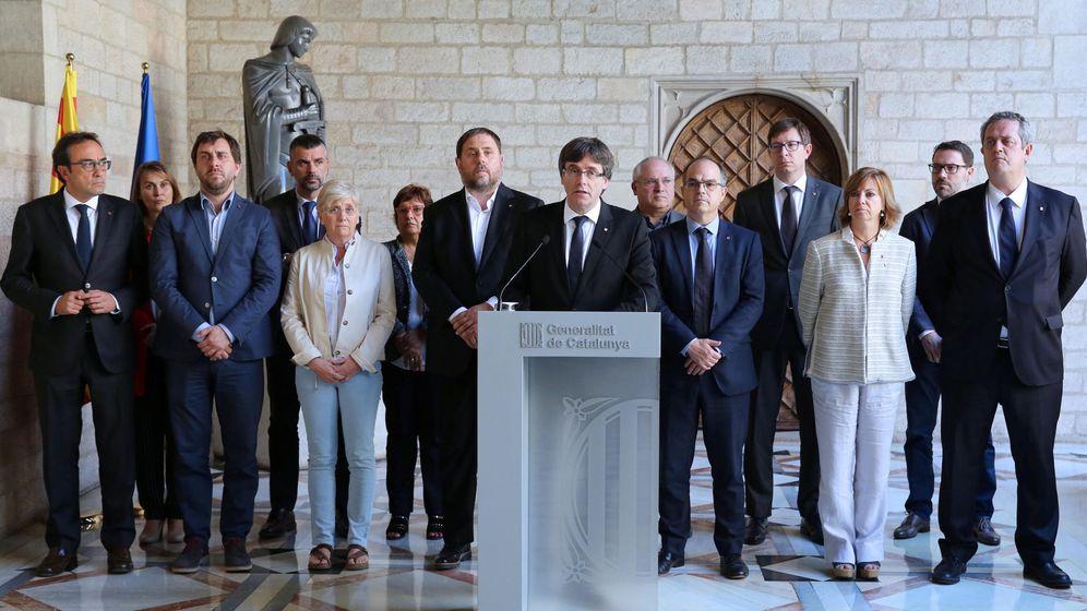 Foto: El presidente de la Generalitat, Carles Puigdemont (c), junto a los miembros de su Gobierno, durante la declaración institucional que ha realizado en el Palau de la Generalitat. (Reuters)