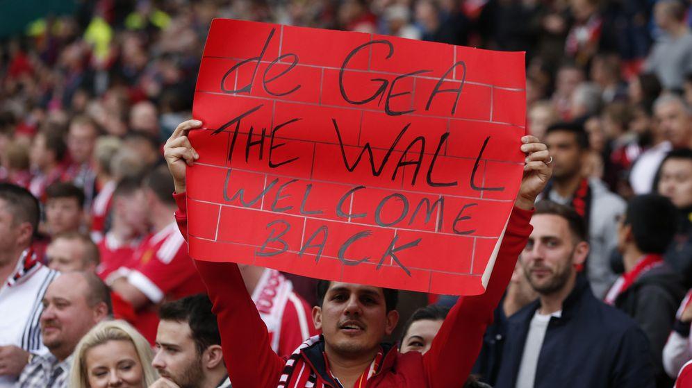 Foto: Un aficionado da la bienvenida a De Gea (Reuters).