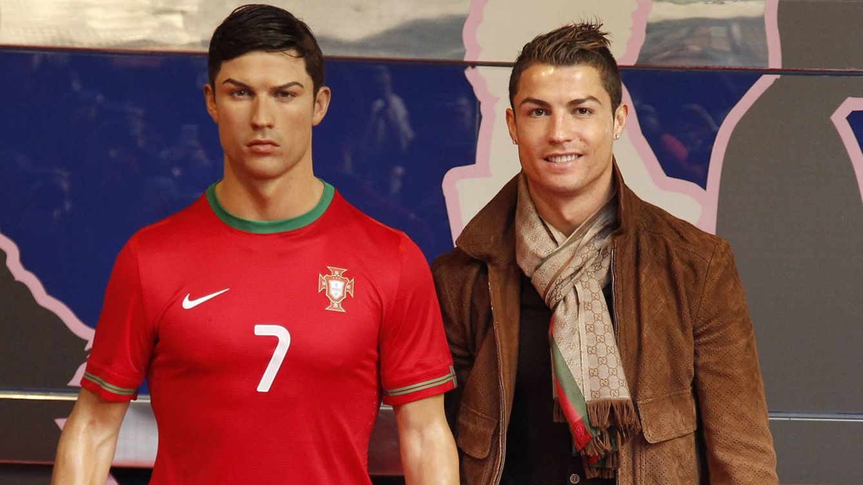 Foto: Cristiano Ronaldo con su réplica de cera. (Gtres)