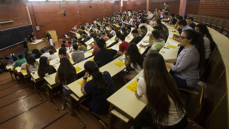 Foto: Estudiantes, durante la prueba de acceso a la universidad en la Facultad de Biología de la UB. (EFE/Quique García)