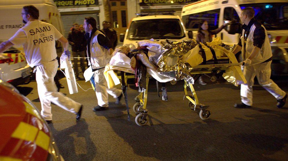 Foto: Los servicios de emergencia trasladan a un herido. (EFE)