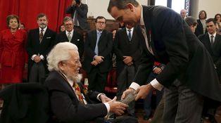 Fernando del Paso, Premio Cervantes, grita Socorro durante la ceremonia