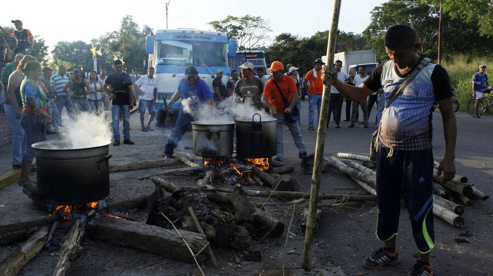Foto: La gente cocina en las calles de El Pinal durante la protesta por la escasez de dinero en efectivo. (Reuters)