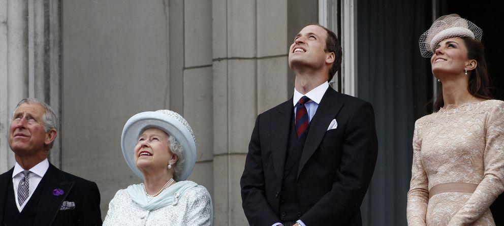 Foto: Los duques de Cambridge, el príncipe Carlos e Isabel II en una fotografía de archivo (Gtres)