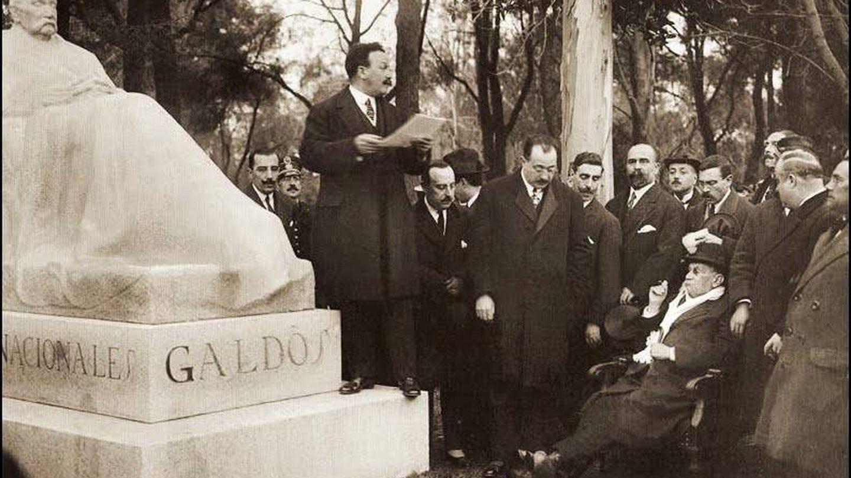 Galdós, sentado, en la inauguración de su estatua en El Retiro