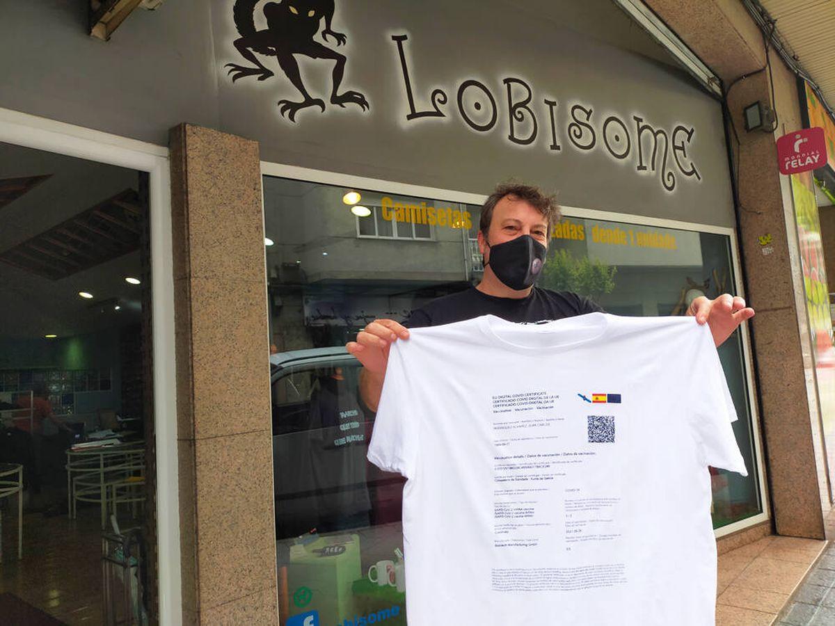 Foto: Otis Rodríguez posa con su camiseta con el certificado de vacunación (N. Casao)