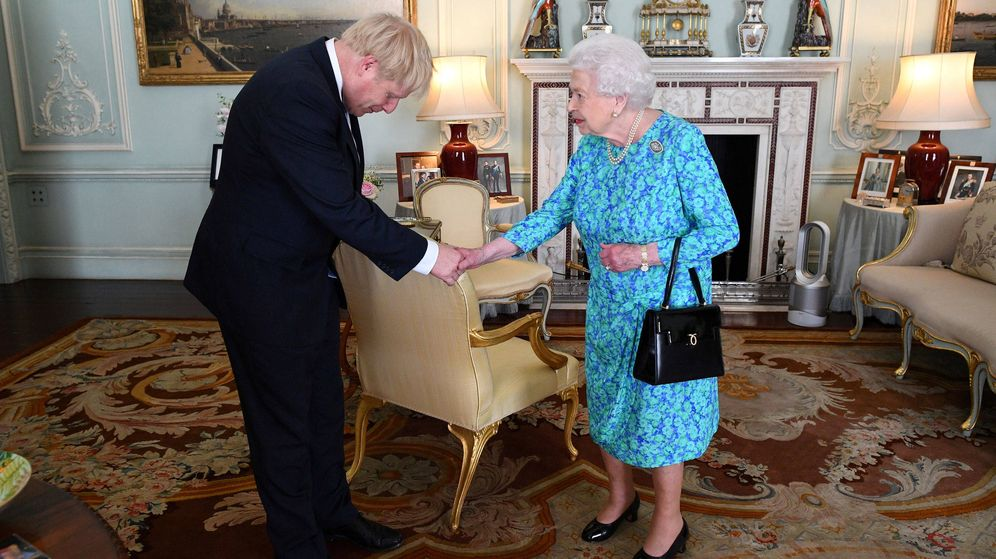 Foto: Boris Johnson, junto a Isabel II. (Reuters)