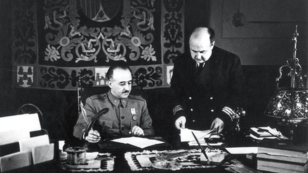 Foto: Franco en su despacho, con su hermano Nicolás Franco, gobernador general del Estado, en Salamanca, 1937. (EFE)