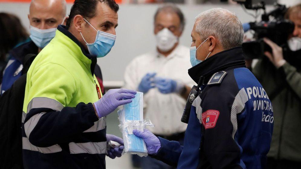 Foto: Policías entregan mascarillas en la estación de metro de Nuevos Ministerios en Madrid. (EFE)