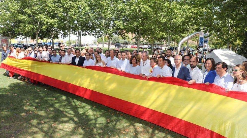 Foto: Representantes del PP sostienen una bandera gigante (PP Madrid)